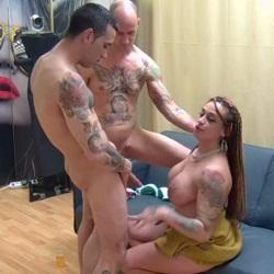Recién llegada al porno y Ronda ya se atreve con una doble penetración Vaginal