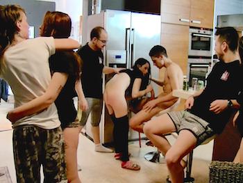 Juegan en la cocina y se van poniendo cachondos