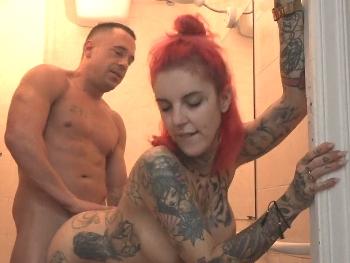 Rompiendo el culo de Yemaya en los lavabos. Una nueva participante que empieza por todo lo alto